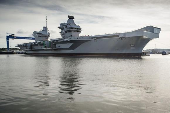 HMS Queen Elizabeth na água - foto Royal Navy