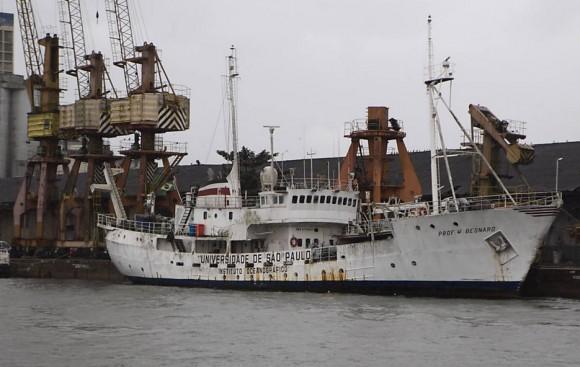 Navio oceonográfico Professor W Besnard, atracado no porto de Santos
