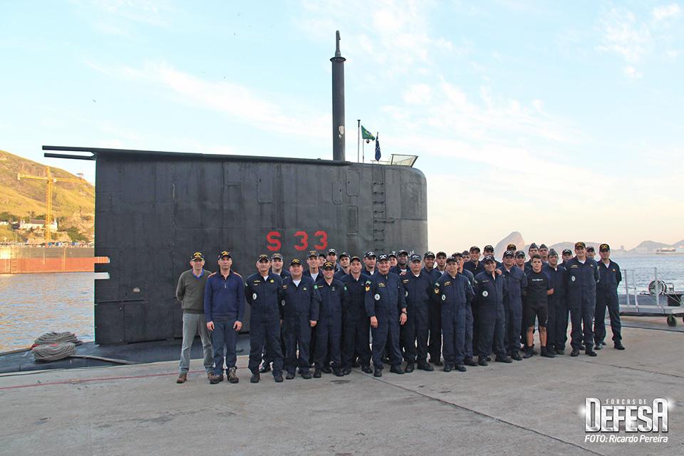 Poder Naval formado com a tripulação do submarino Tapajó