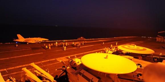 Caça Hornet do VFA 87 pronto para lançamento pelo USS George HW Bush CVN 77 - foto 23-9-14 USN
