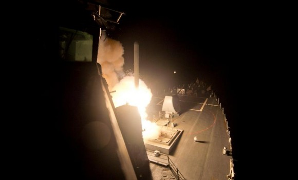 USS Arleigh Burke DDG 51 lança míssil Tomahawk contra alvo do EI - foto 23-9-14 USN