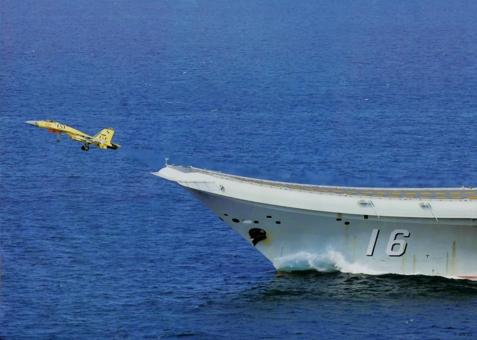 Liaoning lançando caça J-15