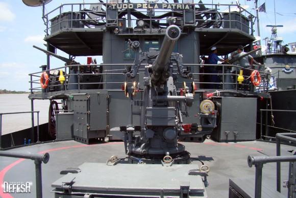 Parnaíba - convés de proa com canhão 76mm - foto Nunão - Poder Naval - Forças de Defesa
