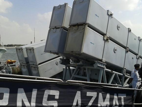 8 mísseis antinavio C-802 a bordo do navio patrulha PNS Azmat do Paquistão