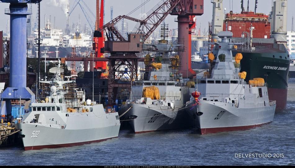 Nesta foto é possível comparar o tamanho de uma corveta Tipo 053A com o das C28A