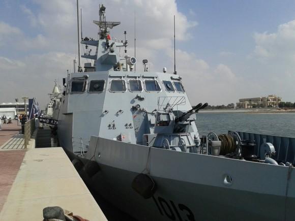 Navio patrulha de construção chinesa PNS Azmat do Paquistão. Desloca 560 toneladas e é armado com 4 mísseis antinavio C-802