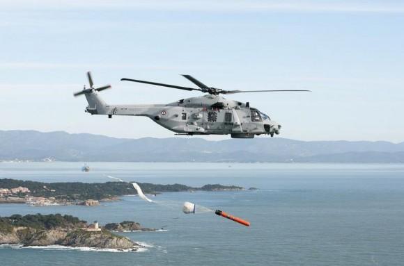NH 90 Caiman Marine lança torpedo MU90 - foto Marinha Francesa