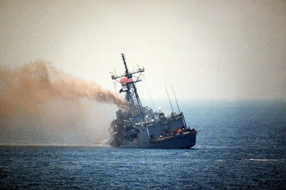 Fragata USS Stark adernada após receber os impactos de dois mísseis Exocet AM39