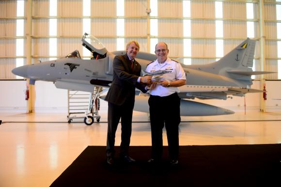 (E-D) O Presidente da Embraer Defesa & Segurança, JacksonSchneider, entrega maquete do primeiro AF-1B modernizado aoComandante da Marinha, Almirante-de-Esquadra Eduardo Bacellar Leal Ferreira