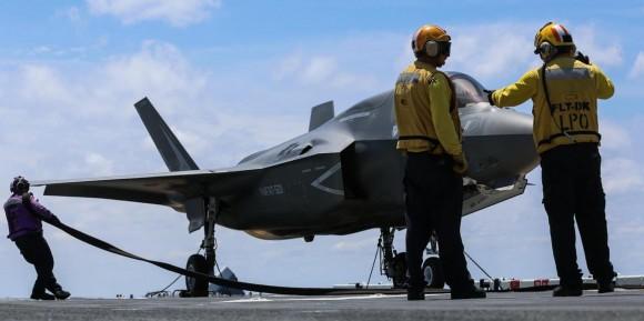 F-35B recebe manutenção no convoo do USS Wasp - foto 2 USMC