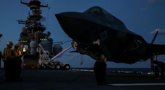 F-35B recebe manutenção no convoo do USS Wasp - foto USMC