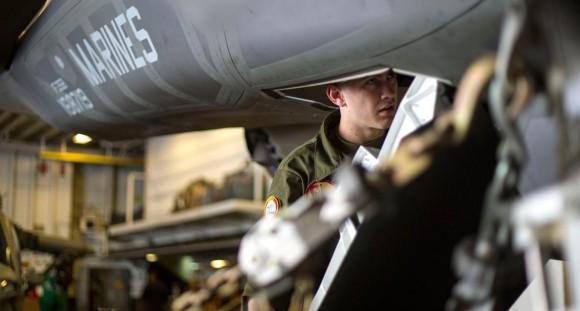 F-35B recebe manutenção no hangar do USS Wasp - foto 2 USMC