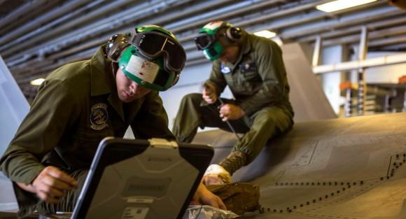 F-35B recebe manutenção no hangar do USS Wasp - foto USMC