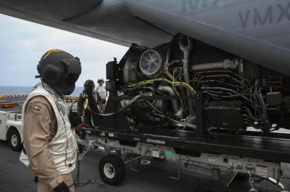 Motor de F-35B transportado ao USS Wasp por V-22 Osprey - foto USMC
