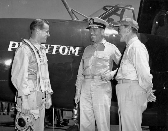 Capitão-tenente JJ Davidson e o vice almirante Gerald F Bogan fotografados antes da primeira catapultagem