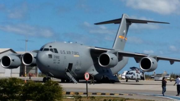 C-17 da USAF descarrega helicópteros SH-16 Seahawk da Marinha do Brasil