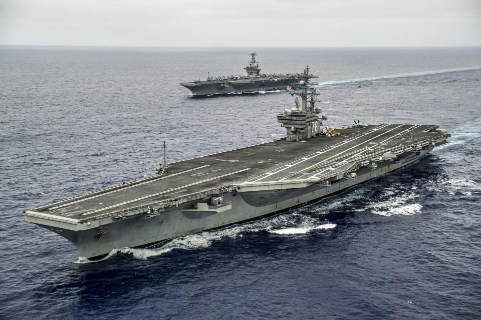 USS George Washington (CVN-73) e USS Ronald Reagan (CVN-76) em 7 de agosto, pouco antes da troca de tripulações