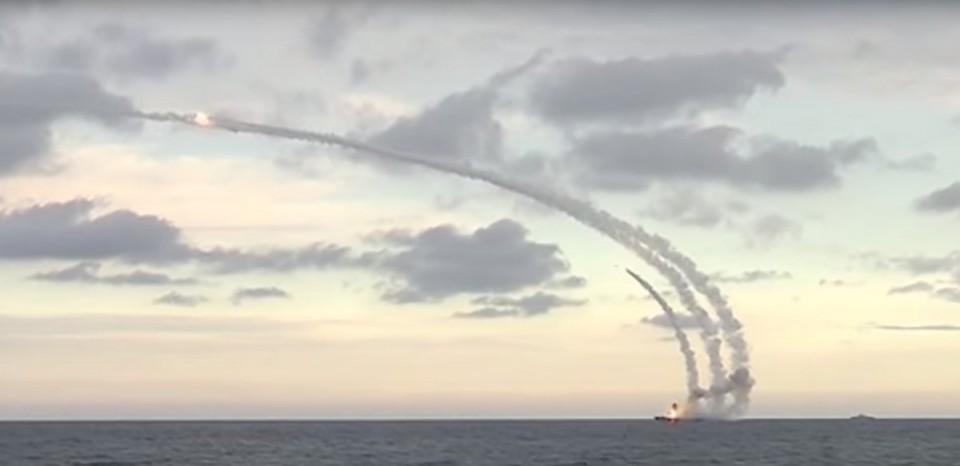 frota russa disparando contra o EI