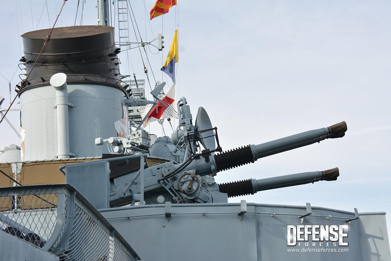 Reparo quádruplo de canhões Bofors de 40mm a meia nau