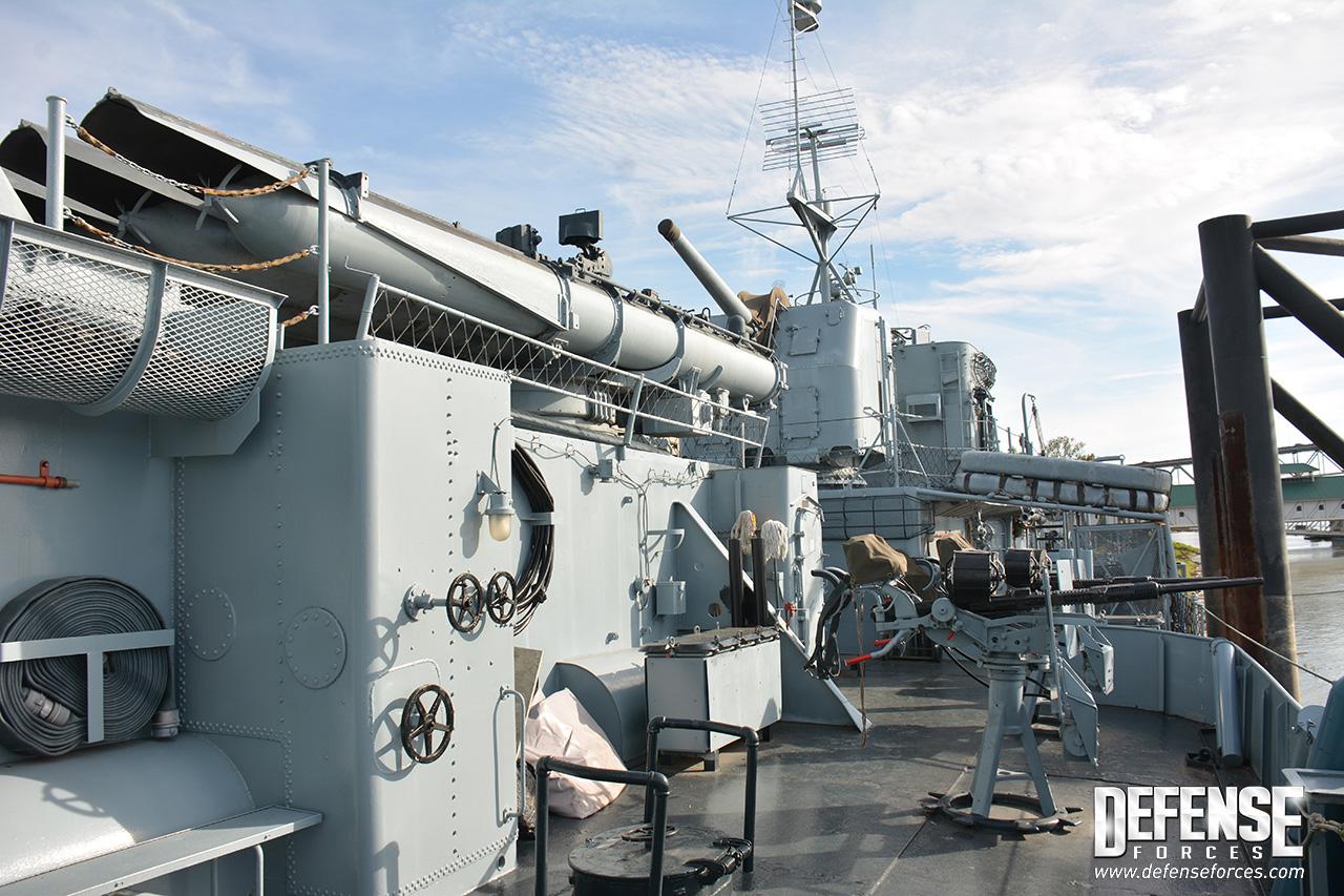 Muito armamento em pouco espaço: no alto lançador quíntuplo de torpedos antinavio de 533mm, uma torreta com canhão de 127mm e um reparo duplo de canhões antiaéreos de 20mm