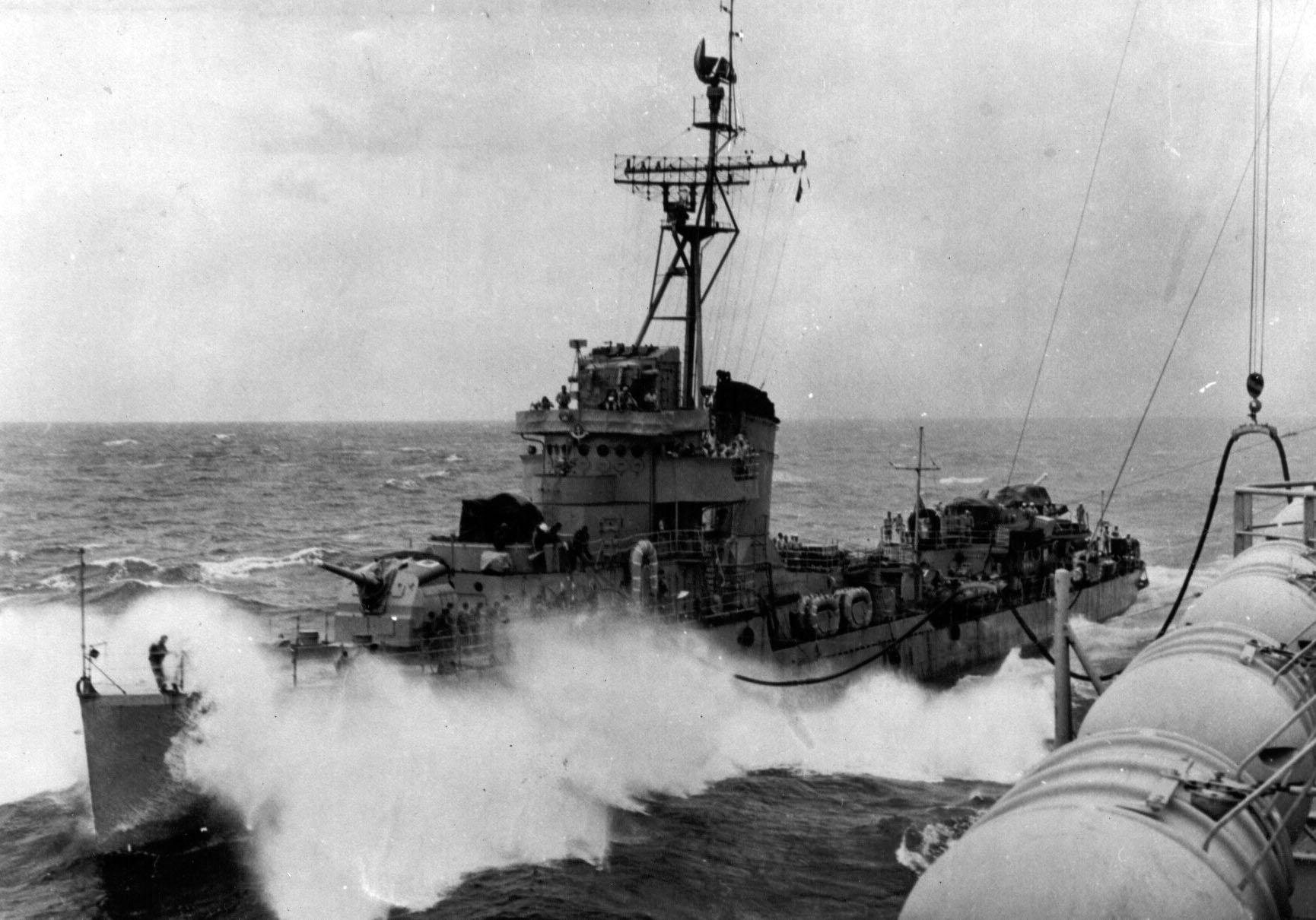 """O contratorpedeiro Acre (D10) sendo reabastecido em alto mar pelo NAeL Minas Gerais. A situação de alguns navios da classe """"A"""" em 1963 era crítica. À época, a MB privilegiava a manutenção da classe """"Pará"""", mais capaz que as classes """"A"""" e """"M"""" construídas no Brasil nas décadas anteriores"""