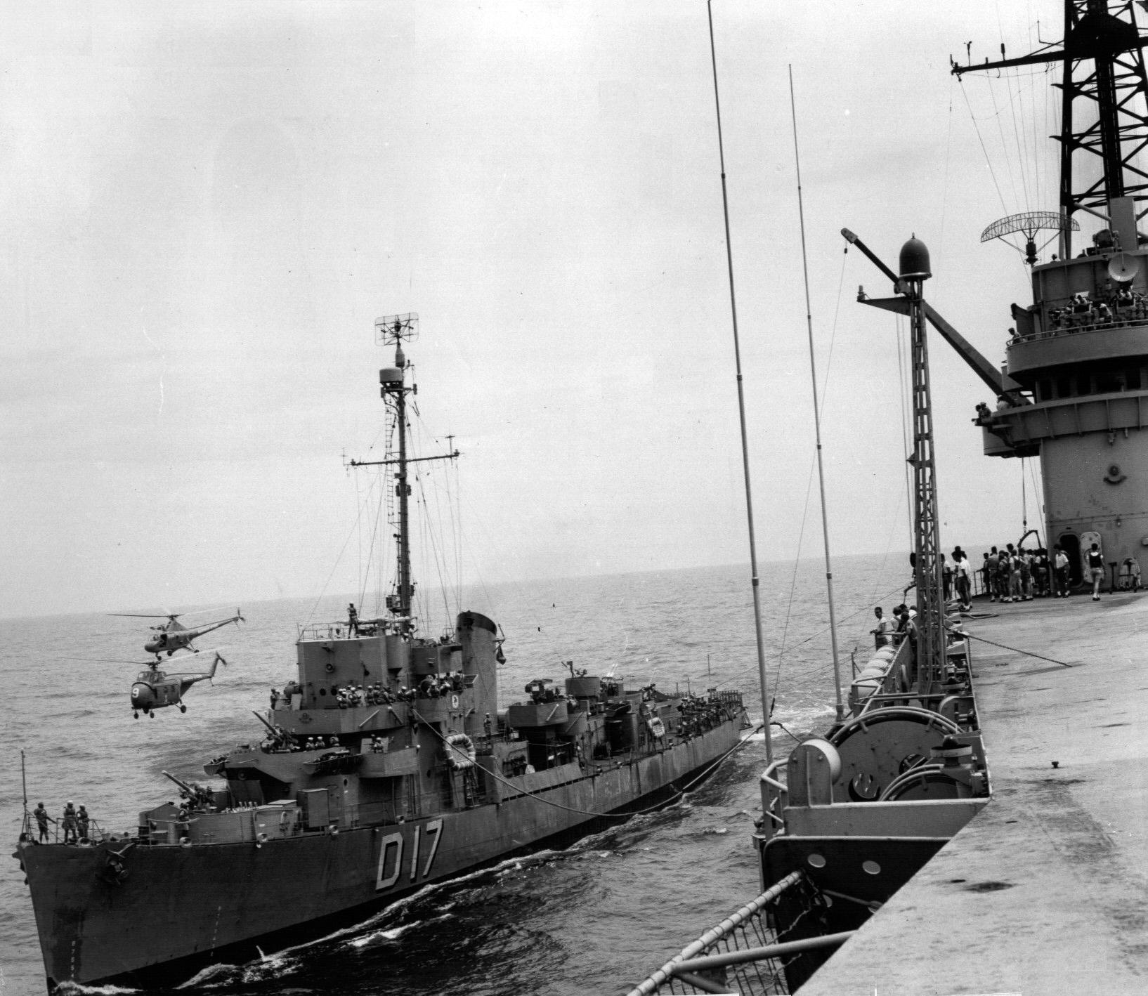 Quando irrompeu a crise da lagosta o contratorpedeiro de escolta Babitonga (D17) preparava-se para entrar em período de reparos. Dois anos depois ele foi convertido em aviso oceânico e seu armamento antissubmarino foi removido. Na foto, o Babitonga sendo reabastecido pelo NAeL Minas Gerais