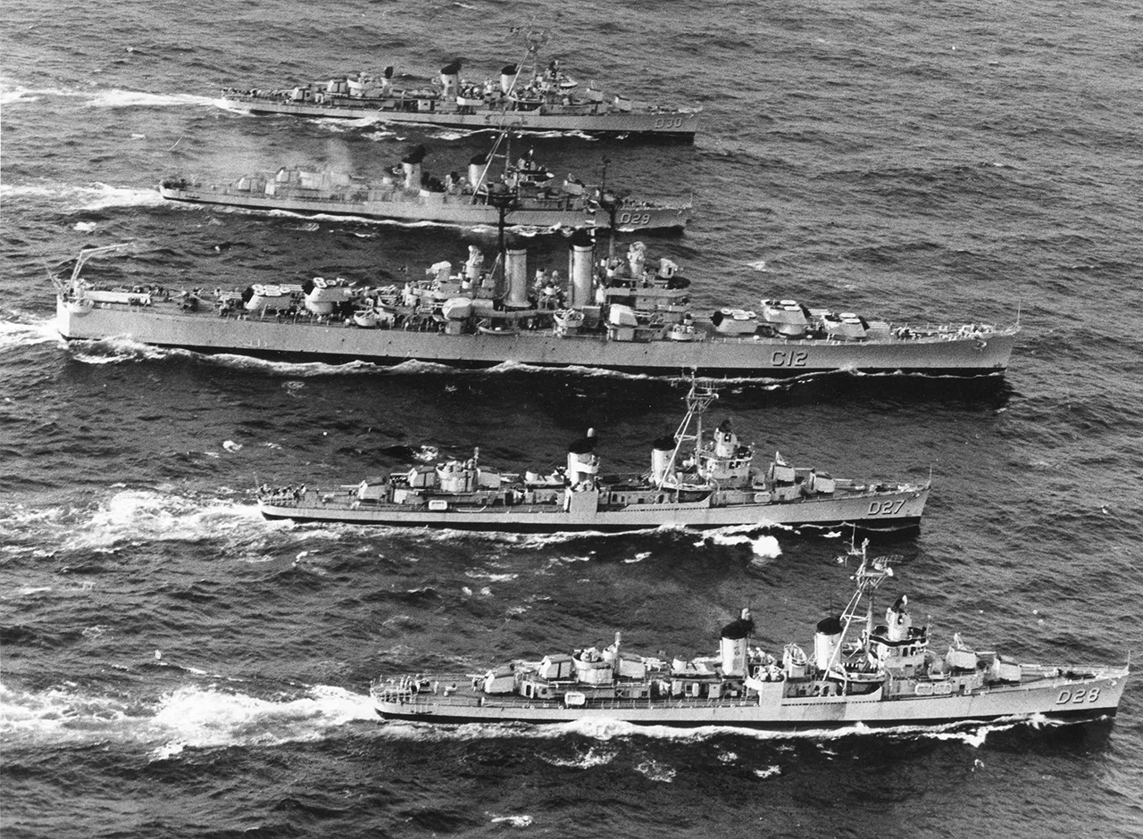 """Cruzador Tamandaré escoltado por quatro contratorpedeiros da classe """"Pará"""" (Fletcher)"""