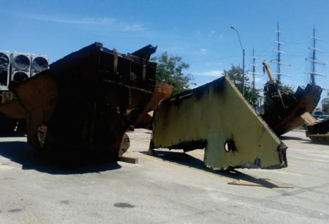 Foto 9 – Grandes blocos e equipamentos retirados do ex-D30 e deslocados pelo CavMec do CFN, para que pudessem ser desmanchados, posteriormente, fora do dique