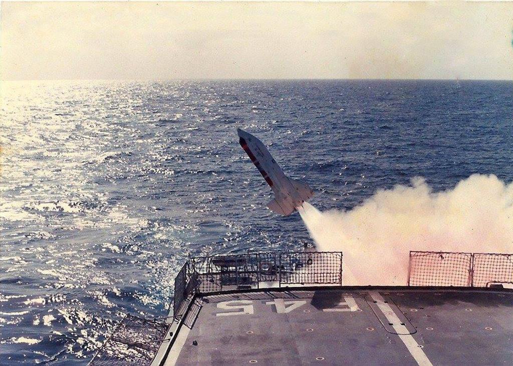 Lançamento de míssil antissubmarino Ikara pela fragata União