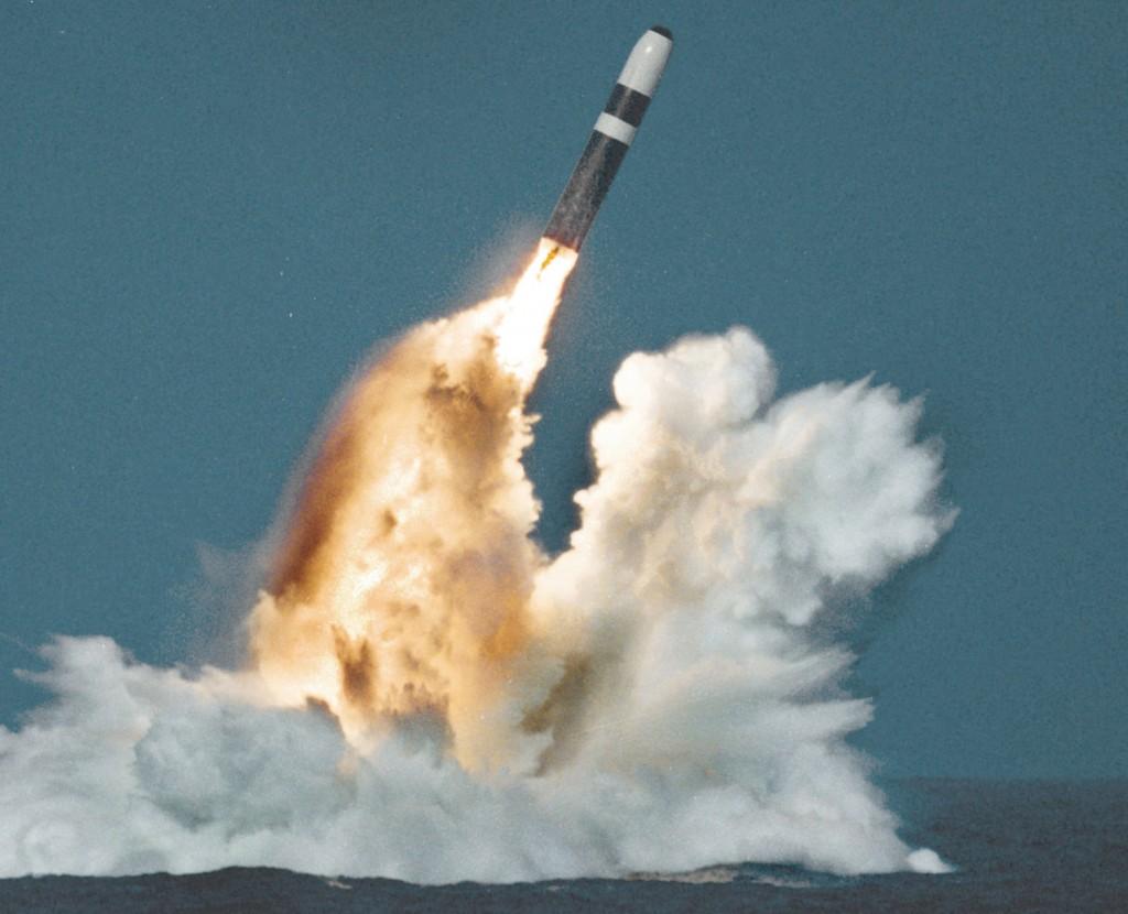 Míssil balístico nuclear em teste de lançamento por um submarino britânico da classe Vanguard