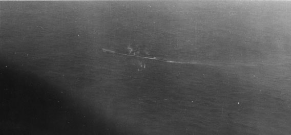 O U-199 abre fogo com suas antiaéreas no momento em que é alvo de strafing por parte do Catalina