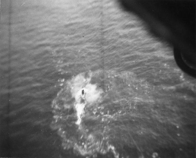 U-199 voltando à superfície após tentar mergulhar depois do primeiro ataque