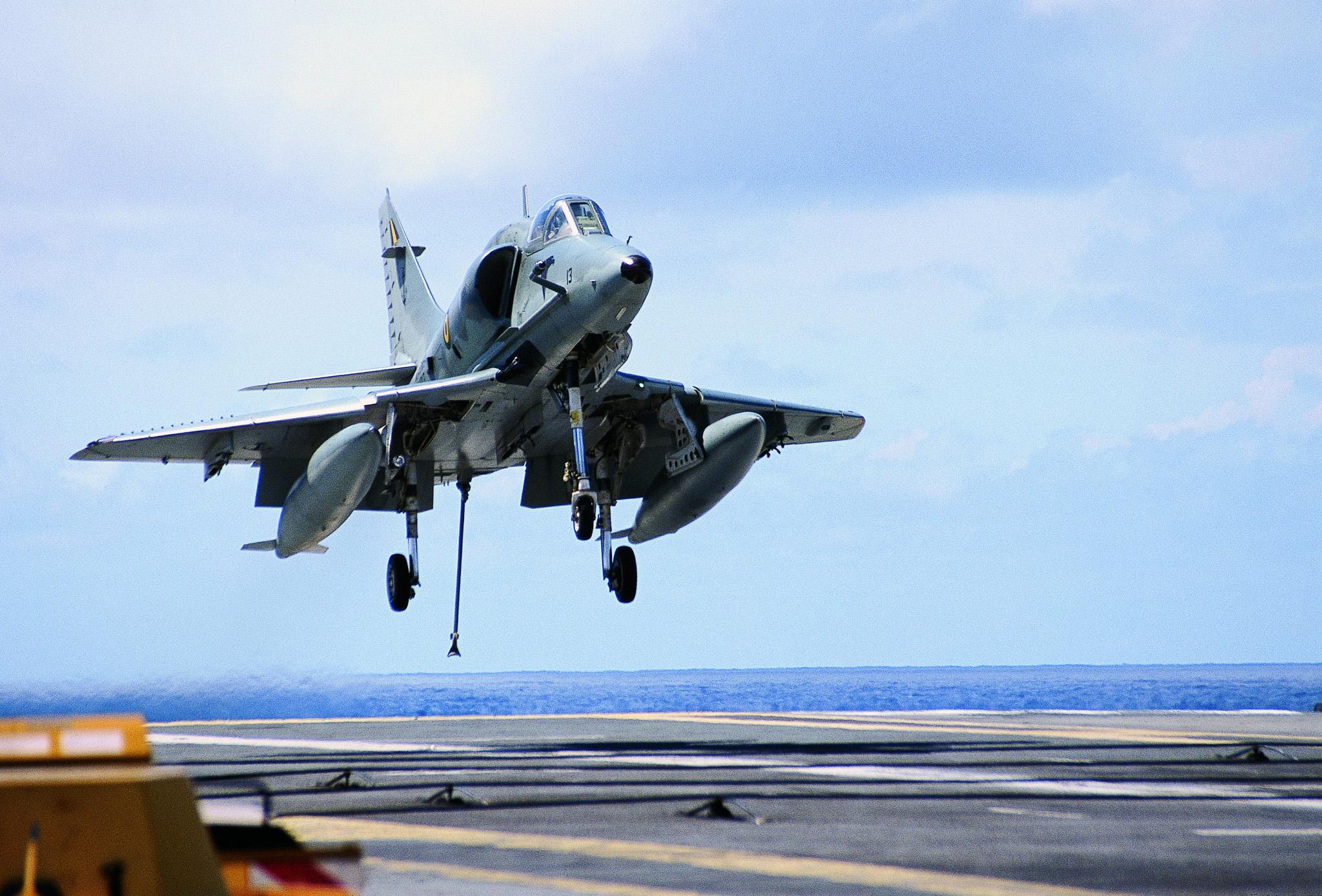 AF-1 pousando