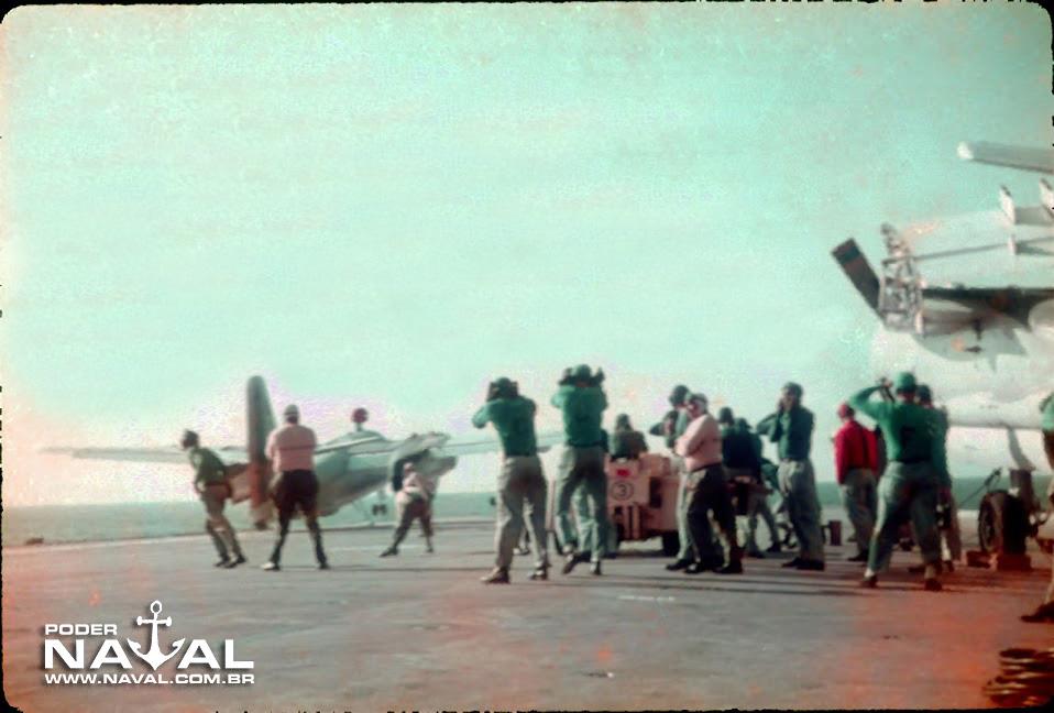 Decolagem de P-16. Observar os membros da equipe protegendo os ouvidos por causa do barulho ensurdecedor dos motores
