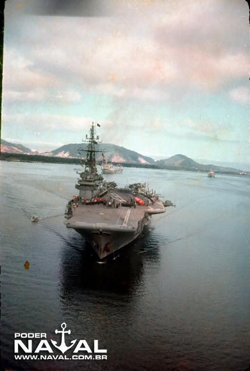 NAeL Minas Gerais manobrando para atracação no porto de Santos-SP