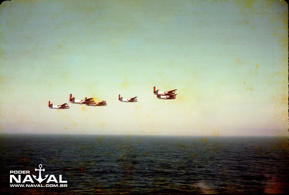 Seis aviões P-16 voam em formação para demonstração aos convidados a bordo do NAeL Minas Gerais