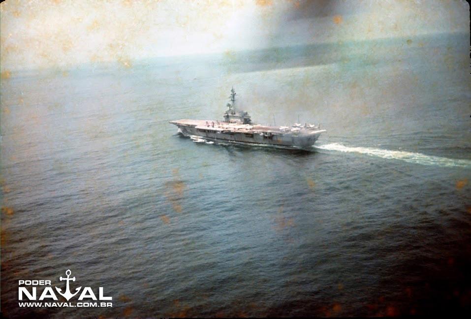 NAeL Minas Gerais navegando com sete P-16 e três SH-34J no convoo