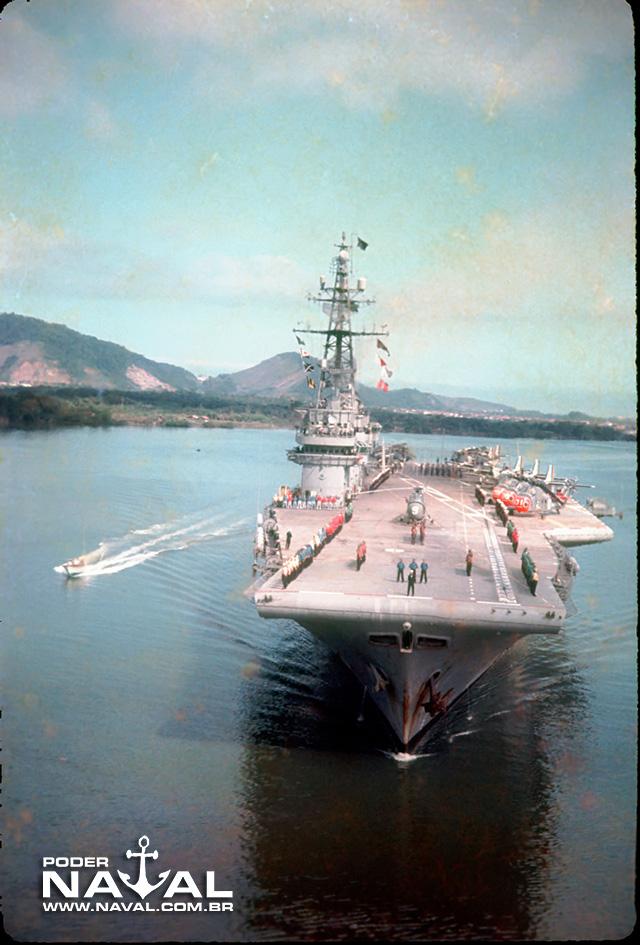 NAeL Minas Gerais chegando ao porto de Santos-SP
