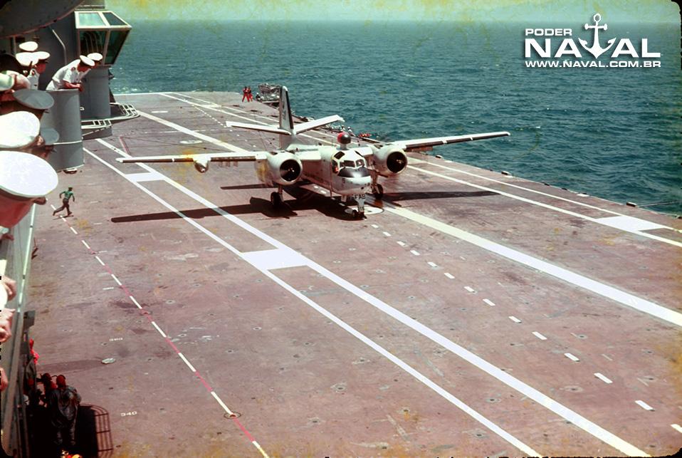 Um P-16A Tracker acabando de pousar