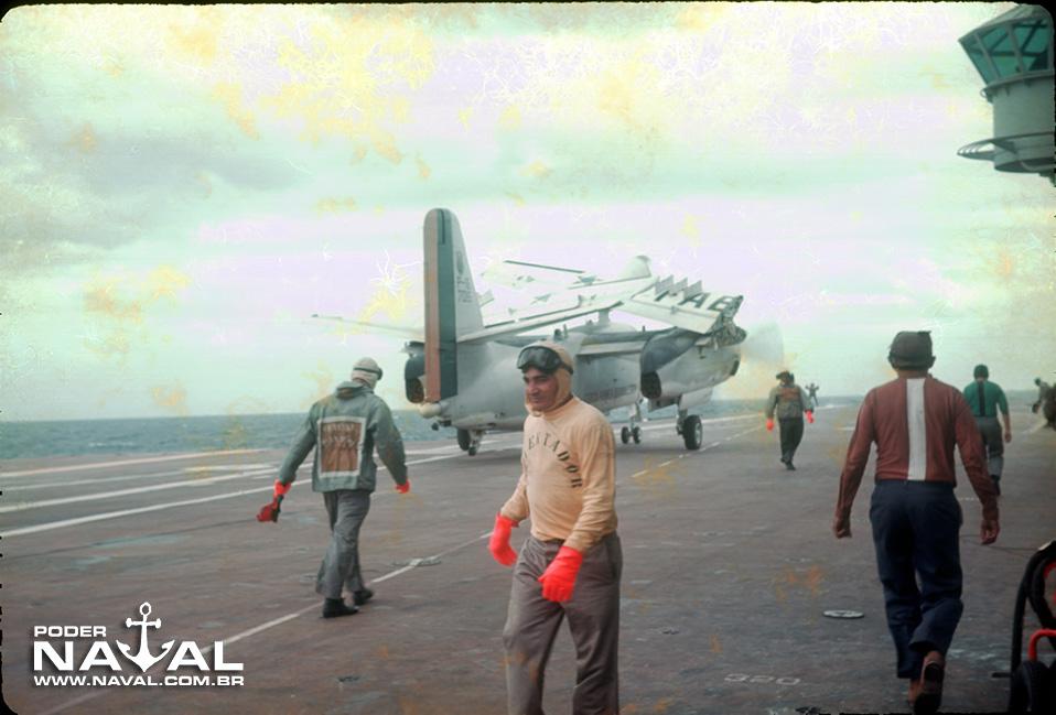 P-16 se dirigindo para a catapulta com as asas dobradas