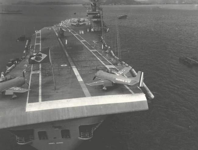 O Minas Gerais com seus T-28 no convôo, fundeado na Baia de Guanabara. Pela primeira vez eram vistos aviões a bordo do navio. A FAB recebeu a notícia como uma atitude provocativa da Marinha