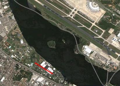 A imagem de satélite acima apresenta a ponta sul da Ilha do Governador e parte do bairro da Penha (Rio de Janeiro) nos dias atuais. O traço vermelho reproduz a pista não pavimentada de 600 m construída atrás das antigas instalações do esquadrão HU-1. Reparar no paralelismo com a pista do aeroporto do Galeão
