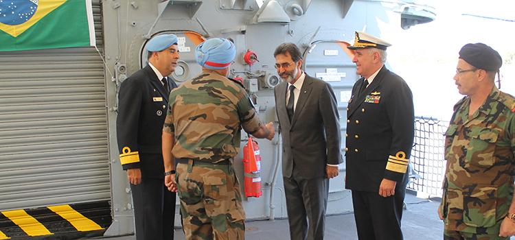 o-almirante-claudio-henrique-mello-de-almeida-atual-comandante-da-ftm-unifil-recebe-autoridades-na-chegada-da-fragata-liberal