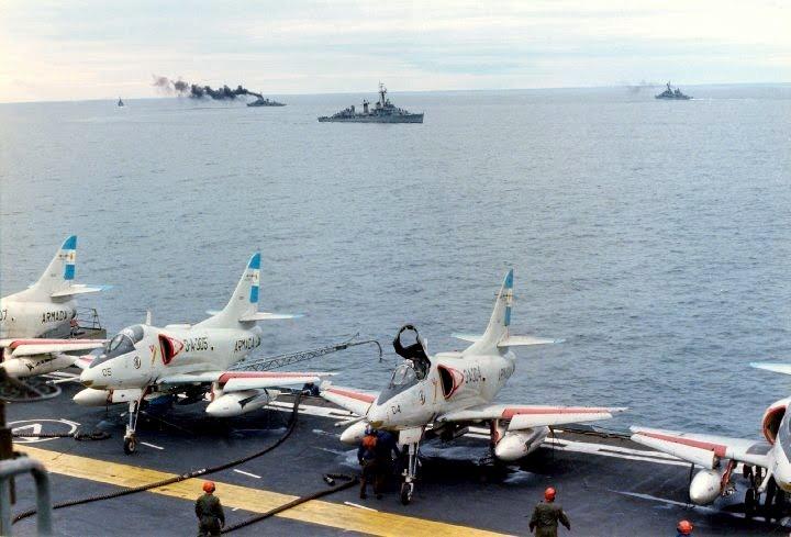 A-4Q Skyhawks a bordo do ARA 25 de Mayo