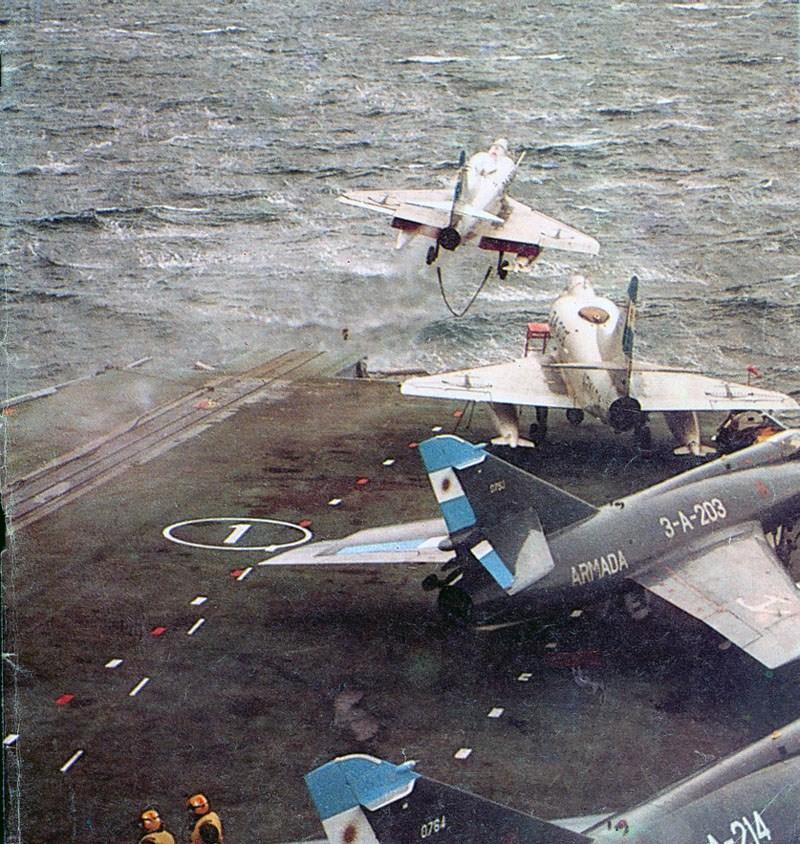 A-4Q e Super Étendards a bordo do ARA 25 de Mayo