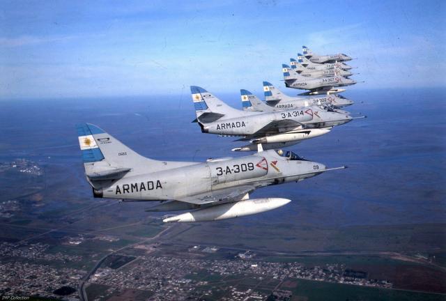 A-4Q Skyhawk voando em formação