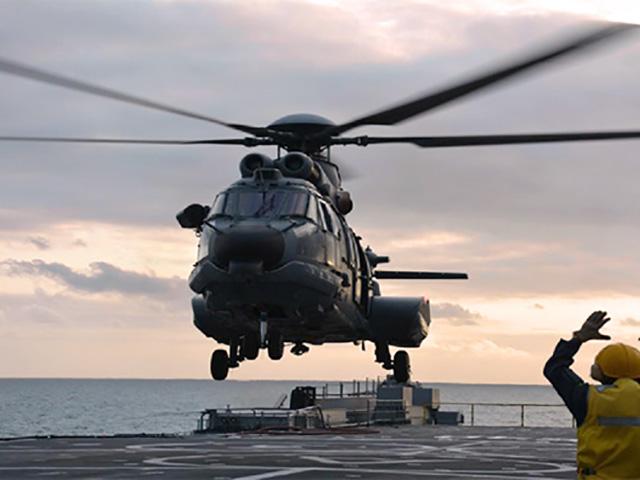 Helicóptero UH-15 operando no Navio Doca Multipropósito Bahia
