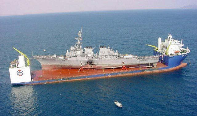 USS Cole sendo transportado para os EUA a bordo do navio de carga pesada semi-submersível MV Blue Marlin