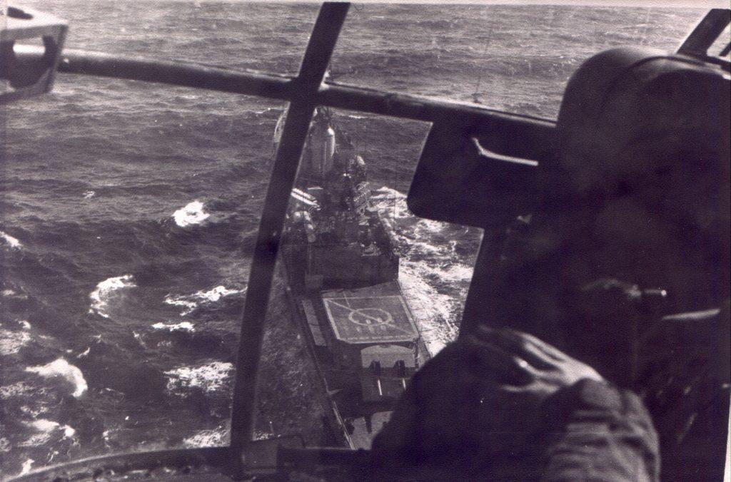 ARA Pedra Buena visto de um helicóptero Allouete. Observar os conteineres dos mísseis Exocet