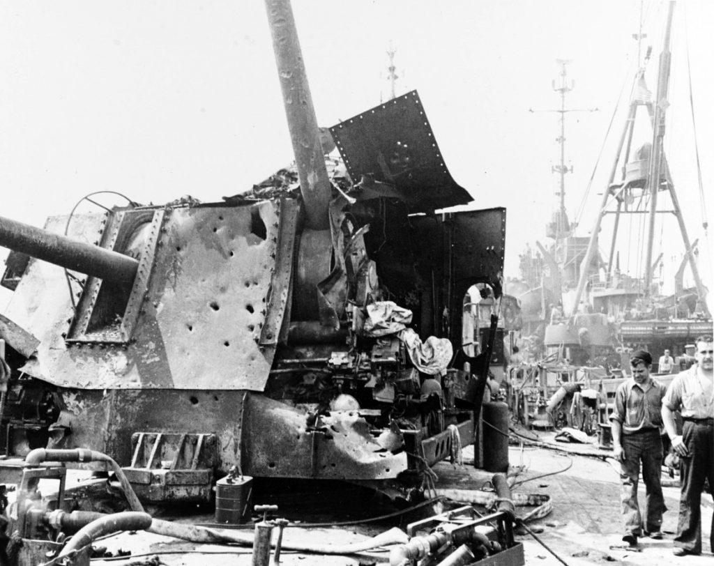 O estado da torreta de canhões de 5 polegadas da popa do USS Laffey depois dos ataques kamikaze